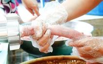 Thực phẩm tết handmade  có khi làm cả tấn bằng... máy