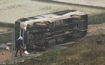 Xe 29 chỗ lao khỏi cao tốc Nội Bài - Lào Cai, 2 người bị thương