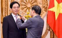 Trao tặng Huân chương Hữu nghị cho Đại sứ Trung Quốc Hồng Tiểu Dũng