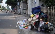Cửa hàng tết 'lạ' trên vỉa hè Sài Gòn chiều 30