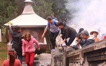 Trèo tường vào chùa trong ngày khai hội chùa Hương