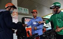 Giá xăng RON95 giảm 400 đồng một lít