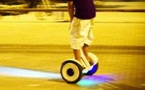 Trẻ em chơi xe trượt điện cần cẩn thận