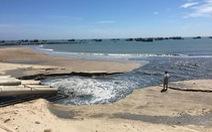 Nước thải đen, hôi xả ra biển thuộc dự án nạo vét cảng La Gi