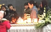 Nhiều bạn nhỏ đến từ biệt bé gái 7 tuổi hiến giác mạc