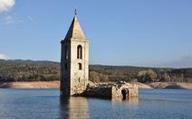 Nhà thờ 'cô độc' giữa hồ nước ở Tây Ban Nha