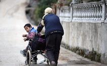 Cụ bà 76 tuổi mỗi ngày đẩy xe 24km đưa cháu đến trường
