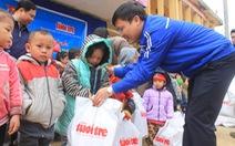 300 suất quà Tết của báo Tuổi Trẻ đến với vùng biên Lang Chánh