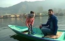 Cô bé 5 tuổi vớt rác trên hồ