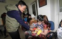 Quà xuân bạn đọc Tuổi Trẻ đến với bệnh nhi hiểm nghèo Đà Nẵng