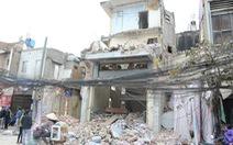 Phá nhà 3 tầng, bêtông đổ sập đè trúng một phụ nữ qua đường