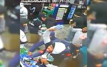 Video nhóm cổ động viên Mỹ vừa cướp vừa đập phá tanh bành một cửa hàng