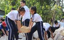 Cả trường xây nhà tặng trò nghèo