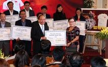 Thủ tướng tặng người nghèo 20 tỉ đồng từ đấu giá áo, bóng U23