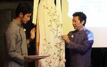 Đính những bông anh đào Nhật bằng vải lên áo dài Việt Nam