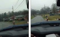 Phạt con chạy bộ đi học dưới mưa, người cha gây 'bão mạng'