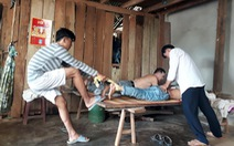 Chữa thoát vị đĩa đệm bằng cách dậm lưng, kéo chân bệnh nhân
