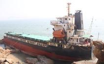 Tháo dỡ tàu nước ngoài mắc cạn ở Quy Nhơn