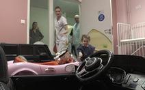 Bệnh viện Pháp đưa trẻ vào phòng mổ bằng ô tô đồ chơi