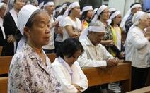 Giáo dân rơi lệ tại thánh lễ Đức Tổng giám mục Bùi Văn Đọc