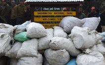 Dọn 1,2 tấn rác trên 'nóc nhà thế giới' chỉ trong 1 ngày