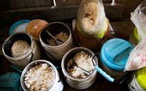 Nhói lòng bữa cơm của trẻ em điểm trường Chí Thì