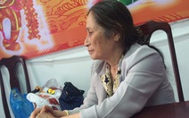 Bà cụ nghèo được giúp ra Hà Nội thăm em nằm viện