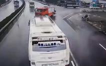 Xe khách chạy 87km/h khi tông xe cứu hỏa chạy ngược chiều