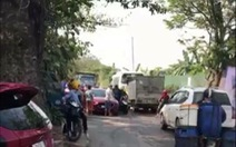 Xe tải gây tai nạn tông vào công an đến giải quyết vụ việc