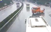 Xe cứu hỏa chạy ngược chiều trên đường cao tốc: Quá nguy hiểm!