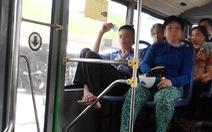 Chịu không nổi với nhân viên xe buýt gác chân nạt khách!