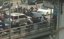 Ôtô ngang nhiên quay đầu trên cầu vượt giờ tan tầm
