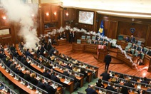 Video nghị sĩ Kosovo ném bình hơi cay phá phiên họp Quốc hội