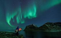 Lướt sóng dưới ánh sáng cực quang ở Na Uy