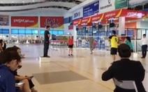 Đóng cửa chơi cầu lông trong sân bay Đồng Hới