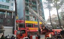 Giải cứu 11 người nước ngoài trong khách sạn 8 tầng bốc cháy