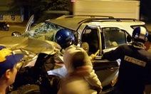 Hơn chục người giải cứu bốn nạn nhân trong ôtô biến dạng
