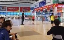 Giải cầu lông trong sảnh chờ... nhà ga sân bay