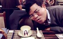 Mang theo ảnh mẹ trong bữa cơm sum họp