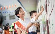 Hoa hậu H'Hen Niê trồng cây, trang trí trường mầm non vùng cao