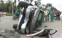 Ba người trên xe biển xanh bỏ đi sau tai nạn với xe bác sĩ