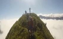 Rùng mình xem các phượt thủ đi xe máy lên đỉnh Tà Xùa