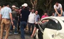 Cứu hai cha con kẹt trong xe hơi sau vụ va chạm với xe khách