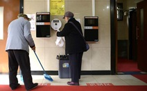 Làm việc ở nhà vệ sinh công cộng cũng phải có bằng đại học