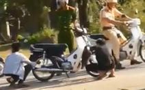 'Xử' người không đội nón bảo hiểm bằng cách xì lốp xe, có hợp lý?