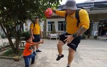 Lính hải quân Mỹ nhảy múa, chơi bóng rổ cùng trẻ em chất độc da cam