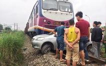 Ôtô chết máy ngay đường ray, tài xế thoát nạn trong gang tấc