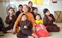 Sư cô nghèo tụng kinh nuôi tám đứa trẻ bệnh...