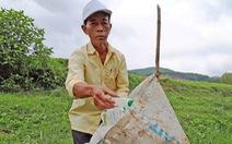 Ông Tuấn 'môi trường' đặt giỏ rác trên mỗi cánh đồng