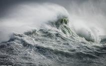 Ảnh ấn tượng về sóng biển trong cơn bão